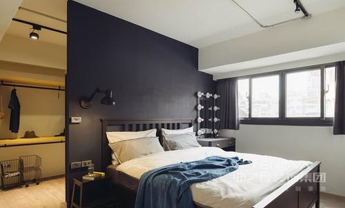 因采光良好而采用黑蓝色板材充当背景墙,大胆却也不失稳重,与白色床品构成空间的色彩层次,而梳妆柜与窗帘的精致和简单,足够让生活温馨。