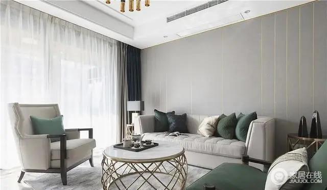 客厅吊顶将视觉空间拉高,主色以不同明度的灰色来体现,层次之间营造高级内敛的空间氛围;灰色现代古典的沙发搭配金属质感的桌几,在雅致之余,雕刻出轻奢感。