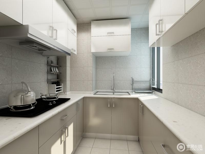 U字形的橱柜充分利用了厨房空间的所有边边角角,地柜加顶柜的组合大大的增加了储物功能。