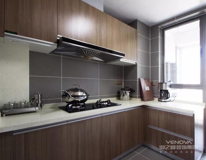 木色橱柜与灰色墙砖相得益彰。