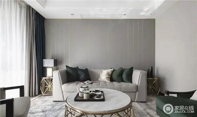 沙发背景墙为深灰色,选用金色线条装饰墙壁,突出了整个客厅空间的中心,丰富墙面的同时,也更有立体感。