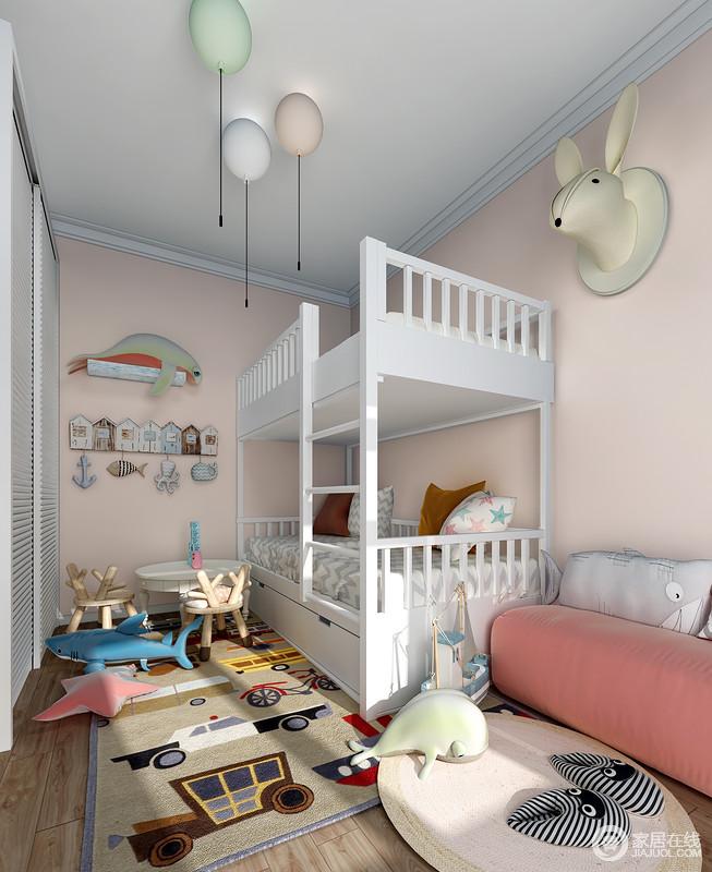 儿童房以肉粉色漆粉刷空间,搭配卡通贴纸和气球台灯、兔子挂式,让空间好似一个游客园;简欧的双层床满足两个孩子使用,而地毯的卡通设计和玩具一起,满足孩子的童心,让休闲时光也变得更有玩趣;粉色小沙发和动物靠垫等,
