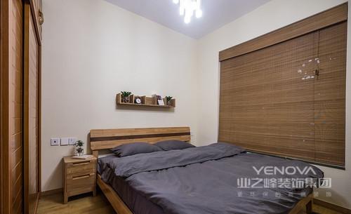 墙面空阔之中因为收纳小木架多了几分简单,而竹编的窗帘、深木纹色的壁柜搭配浅色的木地板,再搭配一盆绿叶植物,清新的自然气息无法阻挡,给你一个舒适的睡眠环境。