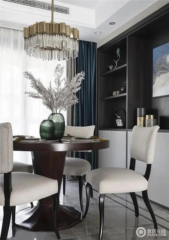 餐厅选用金属吊灯,轻奢而富有质感,与餐桌上的艺术品相映成趣,自然气息中融入精致的时尚感;厨柜解决了实用性需求,可储物,白色餐椅与藏蓝色窗帘形成对比,简洁之中蕴藏着贵气。