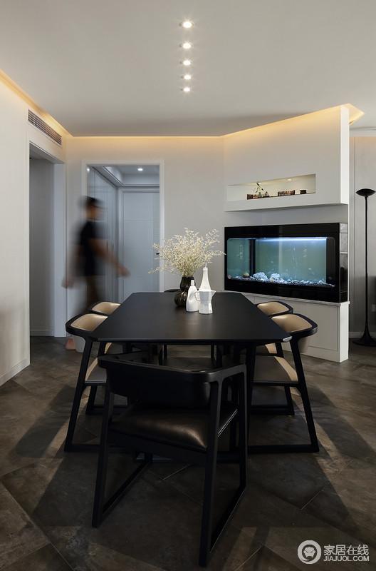 餐厅与客厅开放式的格局因为墙体结构和动线自然分区,墙面增加了鱼缸来凸出生活的情调,简单的餐桌餐椅组合设计得既大气,又精致。