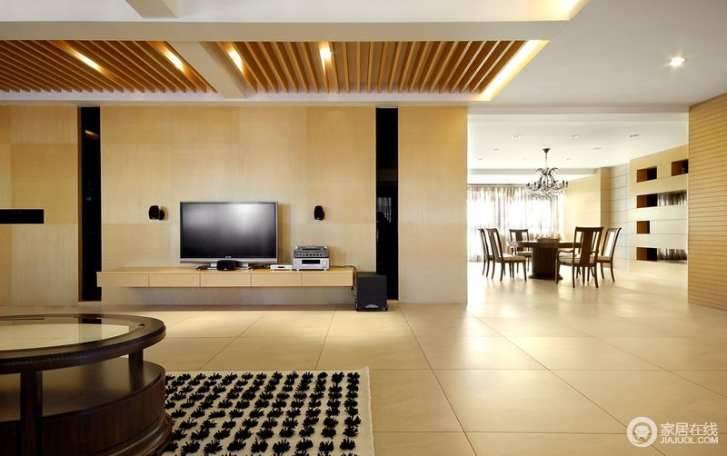 客厅线条简单,原木背景墙的朴质,黑色镜面玻璃对称装饰,构成几何造型;空间半开放式的设计让生活愈加自在,就在这里享受恬淡。