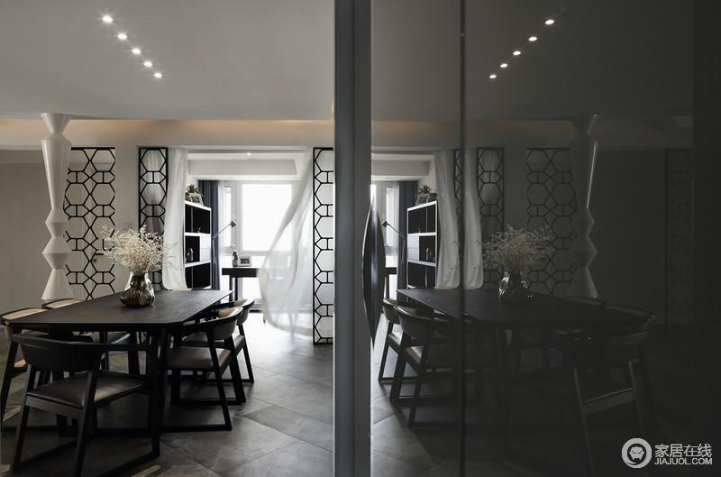 餐厅铺贴了黑灰色地砖,颇具工业气息,并搭配黑木家具,十分凝重;隔断区分了空间,让原本的文艺小书房也成为风景,不管是几何书柜还是白色纱幔作为陪衬,都以黑白搭配,让生活够舒适。