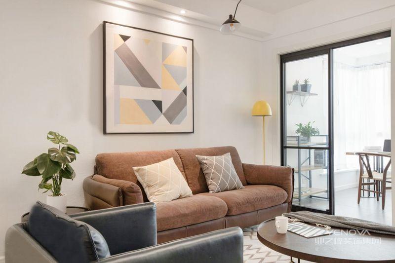 沙发背景墙黑框挂画为空间增色不少,皮质沙发质感满满,配以柔软舒适的抱枕及简约时尚的软装小物,浓浓的北欧小资风氤氲而生。