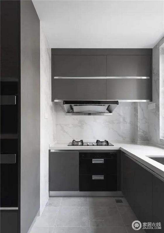 厨房极致的灰白色搭配风格简约提高空间质感,同时便于清洁卫生,使空间更显整洁。