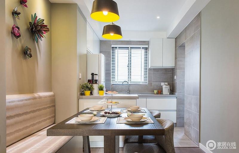 餐厅卡座设计极大地节省了空间,也增加了储物设计,让生活更为方便利落;开放式地厨房通过吧台与之区分,而白色的橱柜简洁大方,十分实用。