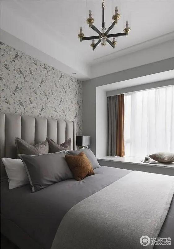 设计的时候考虑到次卧主要为老人居住,所以色调风格温和舒适,选用土秋香软装来增加空间的热烈,小面积点缀空间,提升空间的温馨。