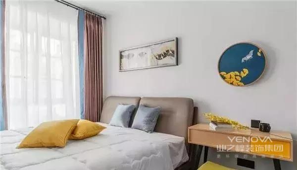 门厅的玄关鞋柜采用白色套温暖的明黄,增加收纳空间的同时还格外的显得温馨。