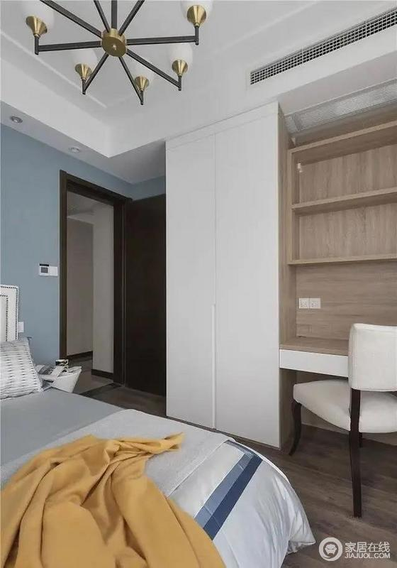 书桌和衣柜采用一体式设计,满足日常办公学习的同时,也可解决收纳的需求,白色与木色搭配出朴质感,与蓝色调的空间氛围,打造活泼清和。