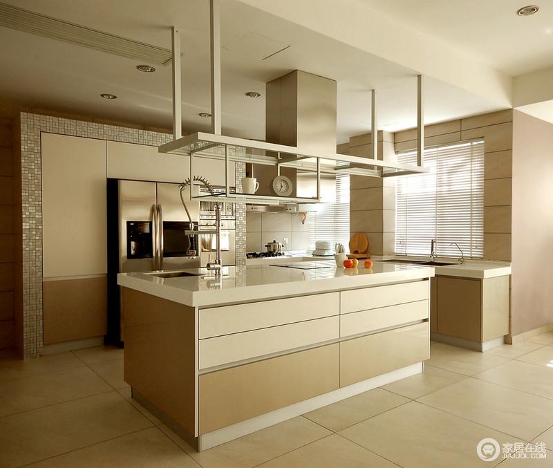 厨房现代感十足,开放式的设计让整个空间多了通透感和空间感;整体式的设计以操作分区的方式,让动线更为清晰,岛台的设计更是实用,让生活够便捷和舒适。