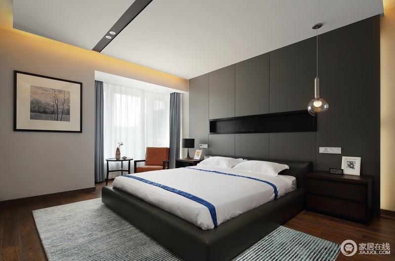 主卧黑色板材打造得背景墙专门隔了一个内藏式置物区,延续几何设计,时尚个性的北欧台灯装饰出雅致大气;浅灰色立面搭配浅蓝色窗帘柔和而素雅,与阳台区放置得棕黄色单人沙发和圆几成就温情一隅,让主人的休闲生活也质感十足;白色床品搭配蓝色地毯,给人舒适和温馨。