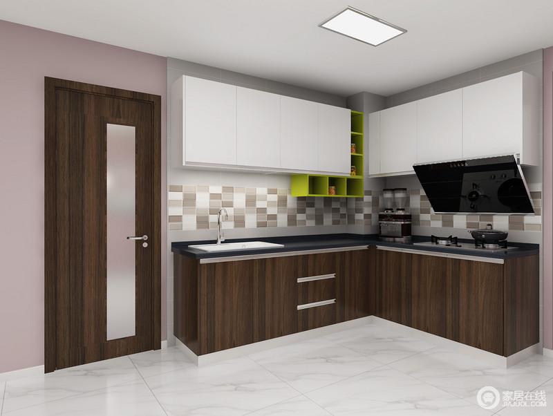 厨房开放式的空间增大看空阔感,橱柜门板与木门材质统一,墙面铺贴的混色马赛克砖巧妙的融洽在静谧的空间里,赋予了浓浓的生活味道。白色吊柜搭配褐色橱柜,反差之中,延续实用性。