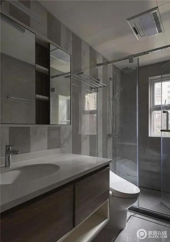 卫生间色调以灰色为主,冷调色系使得空间视觉干净整洁,浴室柜下方选用悬空设计,利于摆放盆类用品,减少排水隐患,也易于打扫。