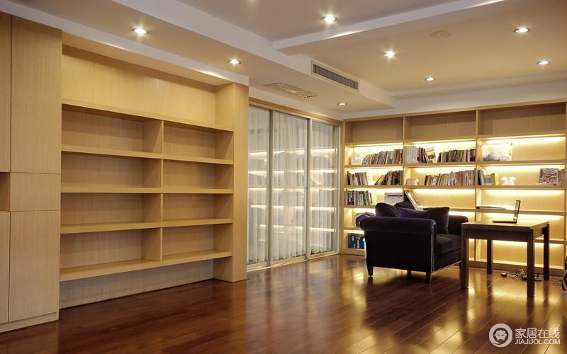 书房宽敞明快,整个空间的采光以射灯和定制木书柜内的灯带营造出温和暖意;大量的木柜实现了储物的需求,给与一个属于自己的安谧空间。