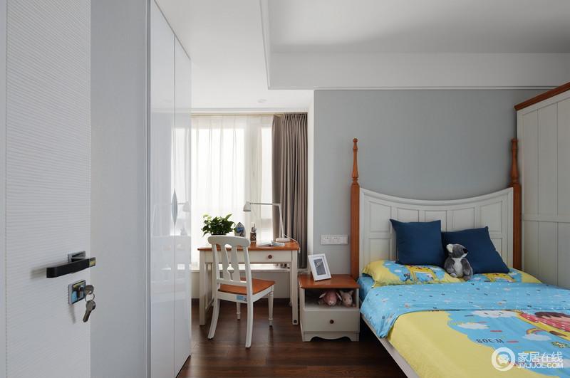 儿童房粉刷成了浅灰色,素静而不失温和,靠窗区的书桌与整体美式家具组合出大气和考究,也因采光原因,让孩子能更健康地生活;柱式床的复古和蓝黄色卡通床品的活泼,碰撞出不同的调性,却足够舒适。