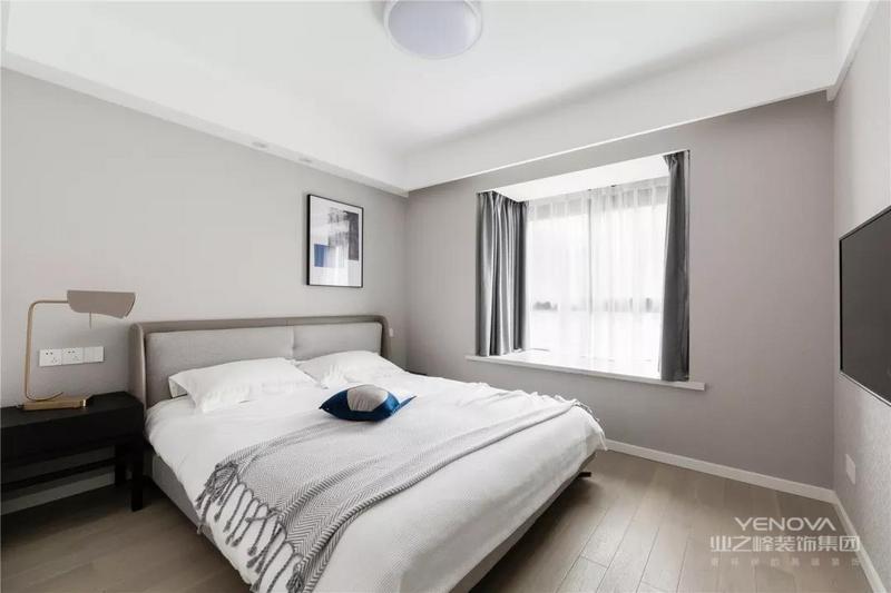 主卧依旧选择了较为柔和的色调,也没有加入复杂的装饰元素,更符合屋主的喜好,打造恬静舒适的个人空间。