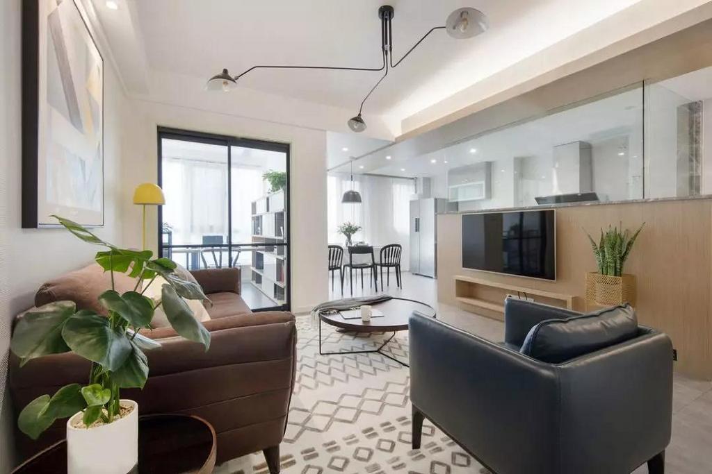 客厅整体以灰白两色为主调,半高的木质电视墙体作为隔断,给人遐想的空间。上半部分采用玻璃材质最大程度上让空间视野更为开阔,同时也可以保证采光充足