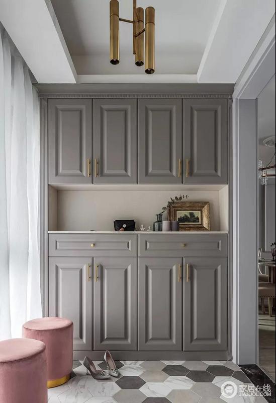 入门处玄关柜体以土褐色,搭配金属的把手实现造型上的低调奢华,也十分实用;皮粉色的换鞋凳以颜值与多边形地砖组合出了时尚的味道,让主人一进入家便感受到温馨。