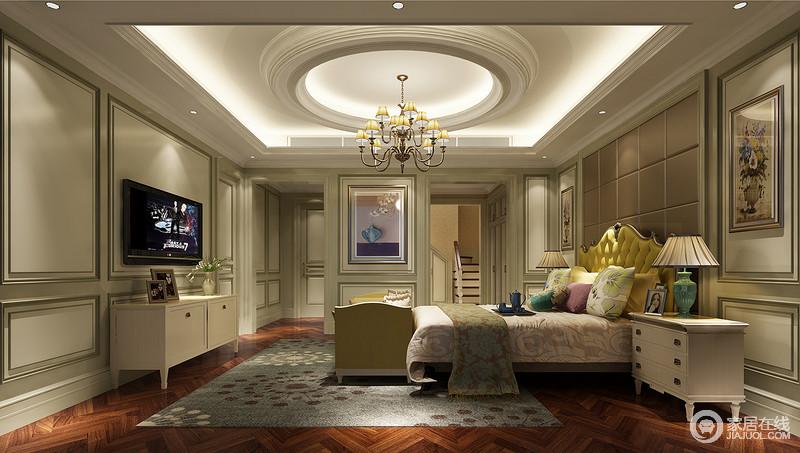 明黄色的床头为这个略中性的空间带来些亮色,再加上花型多彩的靠包让睡眠时刻变得轻美,对称而挂的两幅画拙朴着一点雅于卧室。