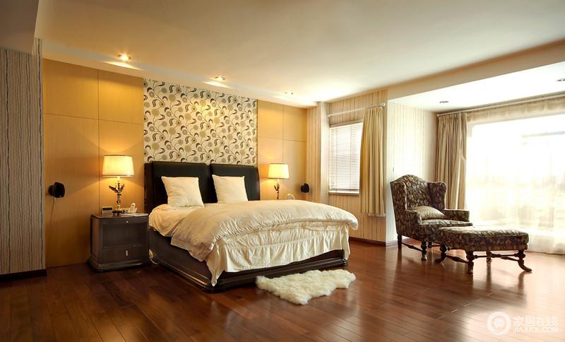 卧室整体简洁大气,阳台区的美式古典因螺纹木底座显得十分尊贵,给主人一个放松之地;淡黄色板材与壁纸打造得背景墙略微简单,却造就了温馨、舒适的睡眠环境。