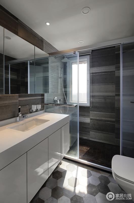 卫生间以干湿分区的设计,解决打理和使用上的局限,更为利落,空间铺贴的深灰色墙砖和多边形地砖搭配出了几何美学,动律十足。