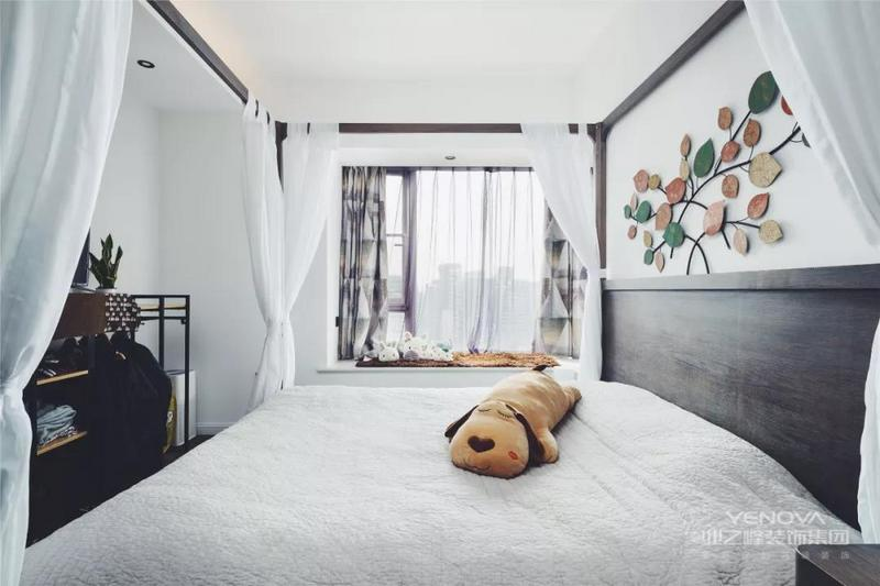 卧室原本没有衣帽间,门洞的朝向也不好,最后修改门洞朝向,调整主卧空间的同时还多了一个衣帽间,你说怎么会如此神奇!