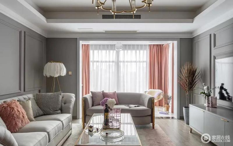 客厅银灰色调的基调上,加上少许金属元素,调和出了大气奢华;橘调的窗帘增添了一些甜美的调调,搭配花艺,让家释放着和美。