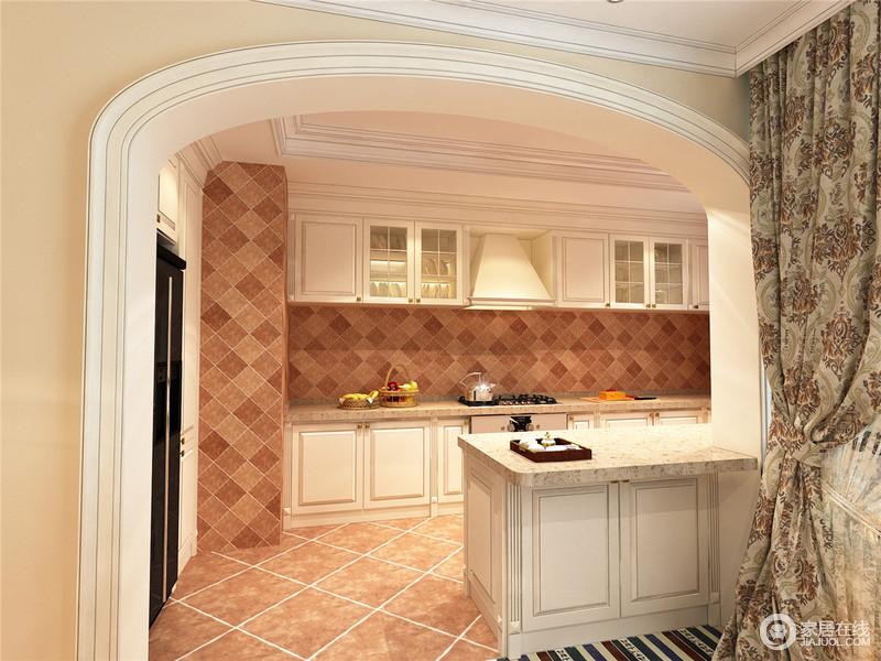 厨房半开放的设计,增加了空间感,拱形门框不仅起到划分空间的作用,也装饰出空间的复古之美;被色橱柜搭配褐黄色的仿旧砖,给予空间厚重,而小吧台的设计不仅颇有新意,让生活更自在。