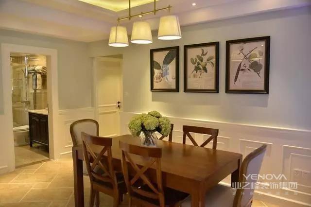 这是一款126㎡的美式三居室,在整个装修中,每个功能区都格外漂亮精致,在设计上也是最大化利用每一处空间,尽量让室内生活更惬意实用。除了硬装上面,家具的款式造型,还有搭配的软装饰品等结合在一起,打造出一个高颜值的居室。其中亮点设计确实不少,比如餐边柜的设计,还是我头一次见这么装。