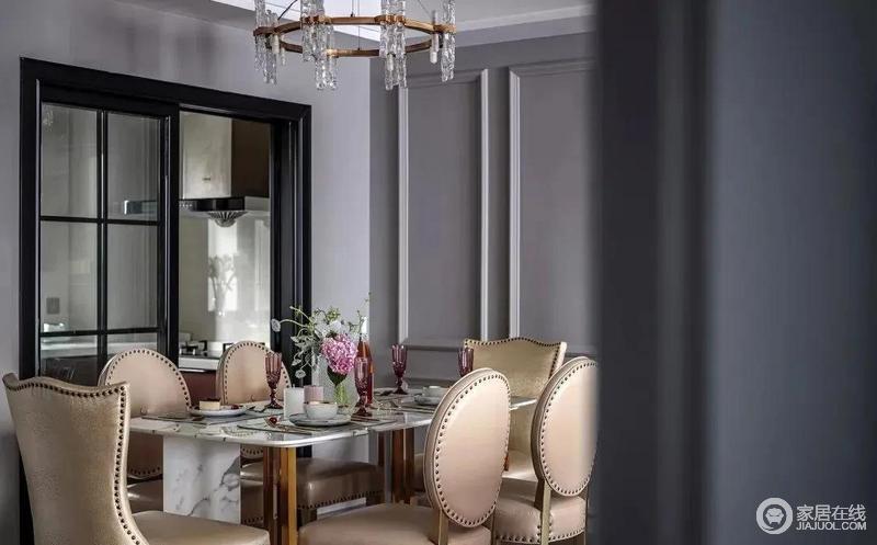 餐厅的美式铆钉椅子十分有档次,中性色的时尚给空间造就格调;厨房搭配玻璃门设计,增添空间采光的同时,也延续了空间视觉能力,让空间互动性更强。