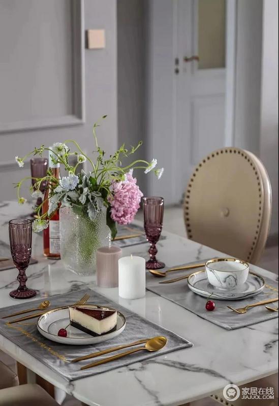 餐厅因为花器的生机勃勃,大理石餐桌细腻高雅,美式餐椅配以高脚杯,提升生活品质,流露出丝丝复古贵族气息。