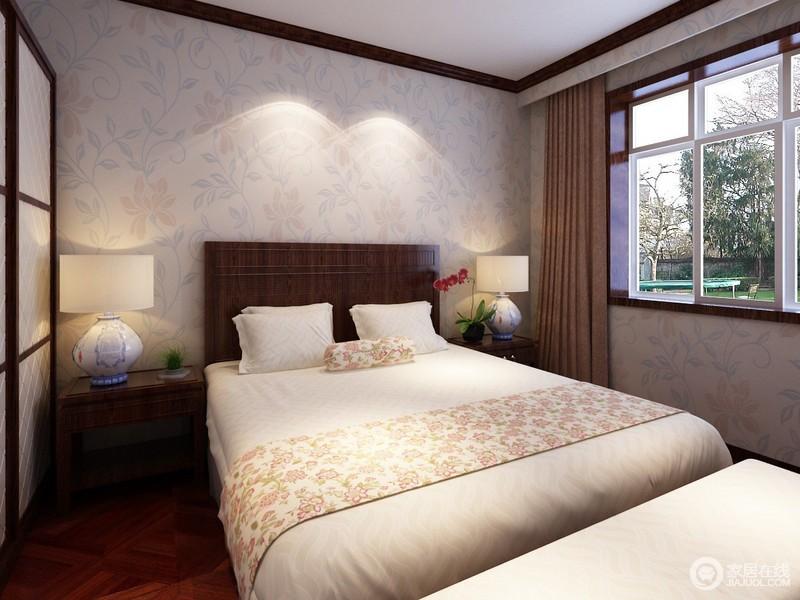 空灵秀气的花朵舒展身姿,仿佛与室外景致相连,芬芳清淡且典雅。褐色床头在背景墙与床品织物中间形成一道分层,清逸中平添一抹厚重,营造雅致休憩氛围。