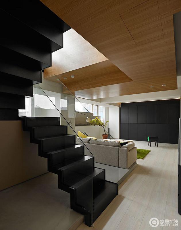 设计师以黑色沿面做出连贯感设计