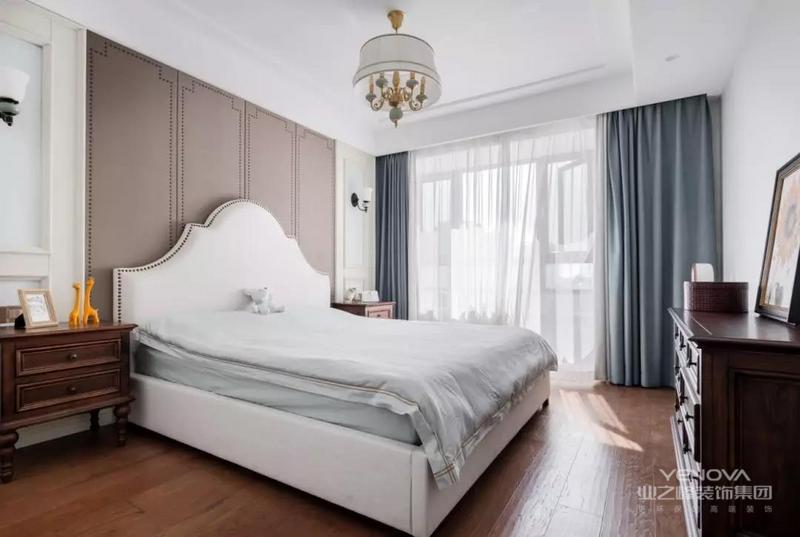 这套131平米的现代美式风格装修中,整体以浅咖色的空间基调,搭配棕色仿古砖地面,还有现代美式的家具与跳跃的软装点缀,营造出一个华丽优雅的空间感,显得浪漫而又精致档次。