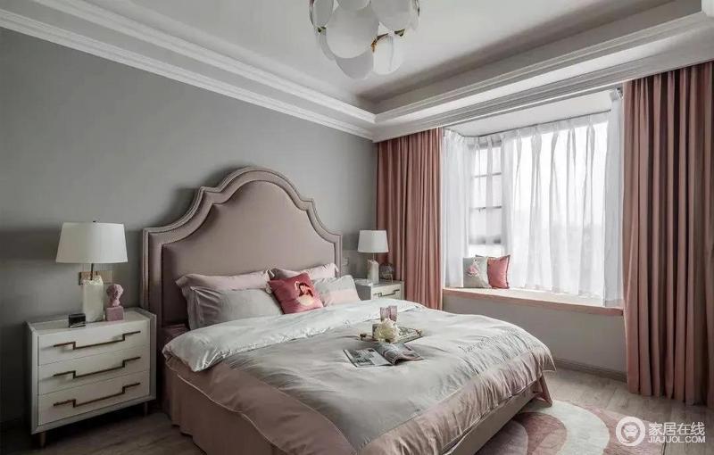 主卧被粉刷成了灰色,与白色的吊顶形成色彩反差,烟粉色床头与橘调窗帘打造出温馨柔软。