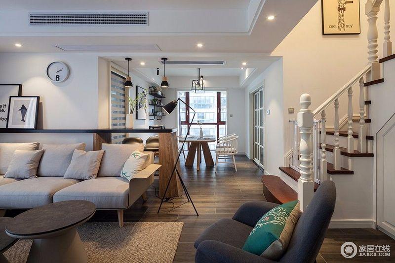 从客厅到餐厅间,设计师巧妙的利用沙发背景墙隔板,延展出休闲吧台,既让两厅形成划分,又具有互动感,更赋予空间多层面的功能化和情调感。