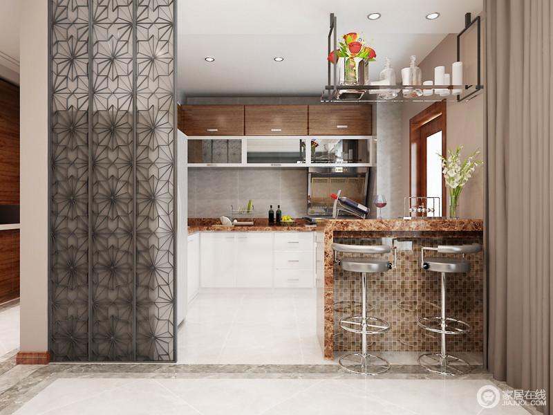 半开放式的厨房以吧台与空间互动,却利用花纹铁艺隔断装饰出空间的工业雅致,烛台吊灯点缀吧台,更为现代得体;深灰色墙砖搭配米灰色地砖形成色彩上的反差,而橱柜以褐色和白色为组合,构成生活的朴质和大气,同时,也解决了收纳需求,让生活多了份质感和温馨。