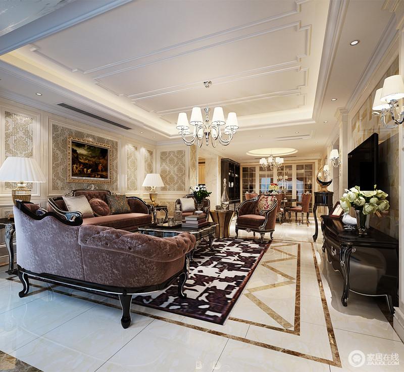 客厅沙发墙上,石膏线勾勒的印花柔和雅淡,渲染出浪漫情调;高贵奢华的沙发组,银黑色线条呼应着茶几和电视柜,透着沉稳的轻奢感;与沙发色调相近的花色地毯,与地面拼花铺出层次,而天花则线条简炼,空间被构筑的华美典雅。