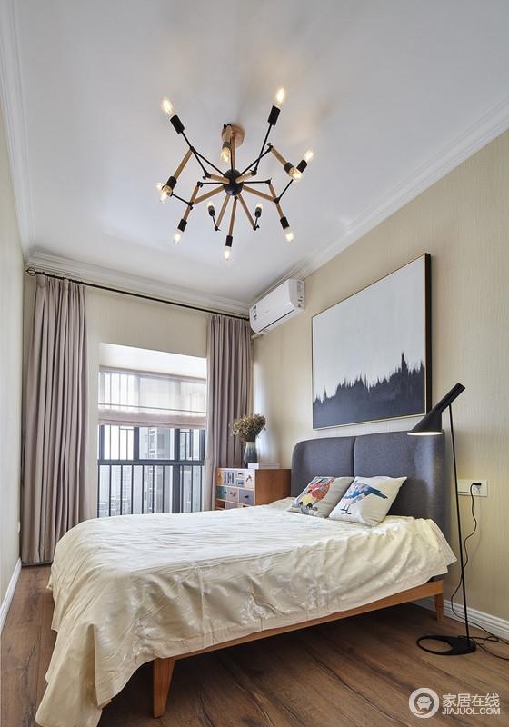 卧室粉刷了米黄色漆,营造了一个足够明快和大气的空间,驼色窗帘搭配中性色的床品,平衡出空间的柔和;简单的家具和台灯带着彩色的印记,给予生活足够的活力,静静享受生活。