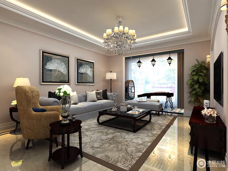 客厅以灰色布艺沙发与木质家具搭配,传递着简洁、舒适的气息;明亮的光线从宽大地窗户照进,让客厅空间显得宽敞大气,米驼色漆的氛围中,精致地挂画和配饰组合,呈现出雅致浪漫的韵味。
