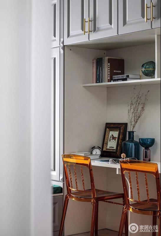 书桌椅也是十分精致,琥珀色的透明椅子颜值很高,提升了整个空间的艺术氛围。