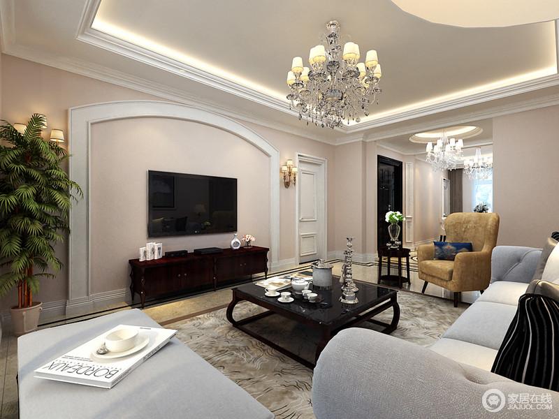 客厅结构方正,在米驼色的基础上利用白色石膏线作勾勒,令整个空间线条感强烈,而背景墙的圆拱形设计搭配整个空间的美式家具,构成美式大气。