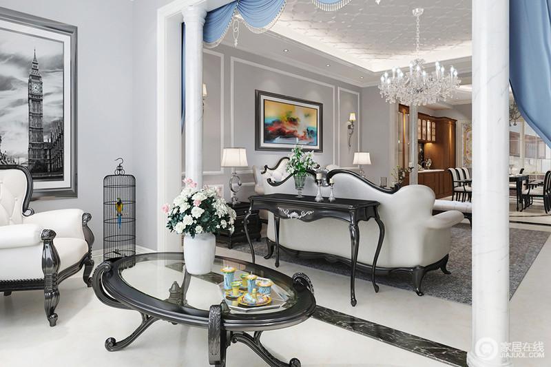 阳台利用廊柱划分空间,黑白灰中性的色彩,在大面积窗户引入的光线下,使空间显得通透明亮;角落的鸟笼与茶几上花束、多彩的茶具,带来休闲自然意味。