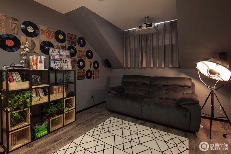 多功能书房里侧的空间,设计师打造成休闲小天地,墙面上装饰着屋主精心收藏的海报和黑胶,满满的艺术感蔓延至文艺风的铁艺书架上;黑白几何纹地毯在落地灯的映照下,与沙发及墙面制造层次,整个空间浓郁的艺文气息呈现出来。