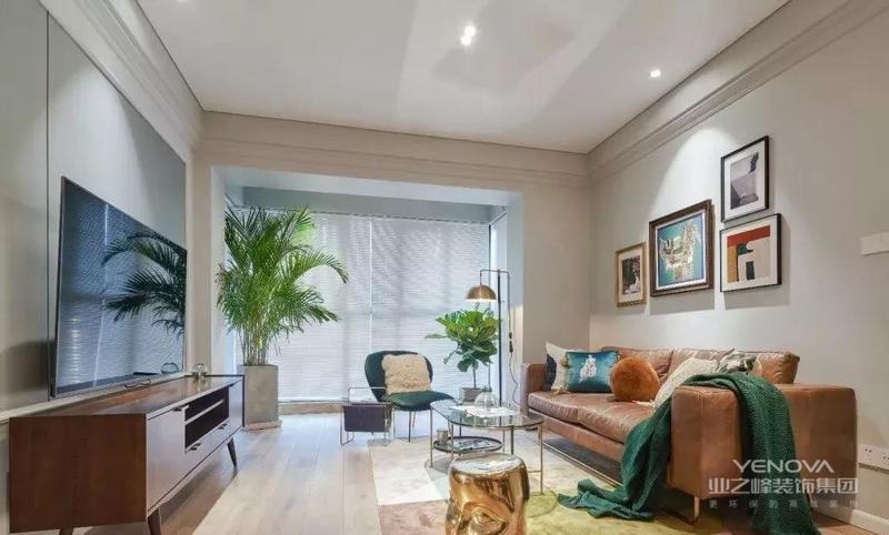 客厅处的电视背景墙是做了硬包的设计,墙面和天花板之间加上了石膏线装饰线条,不做吊顶让客厅看起来也更简洁宽敞一些。