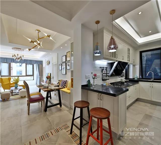 这套132㎡美式风格的案例中,屋主的客厅采用红黄蓝色调进行装饰,色彩分明,可随意组合的装饰画让整体空间多添一抹趣味,一些别致的配饰让这空间独具韵味。